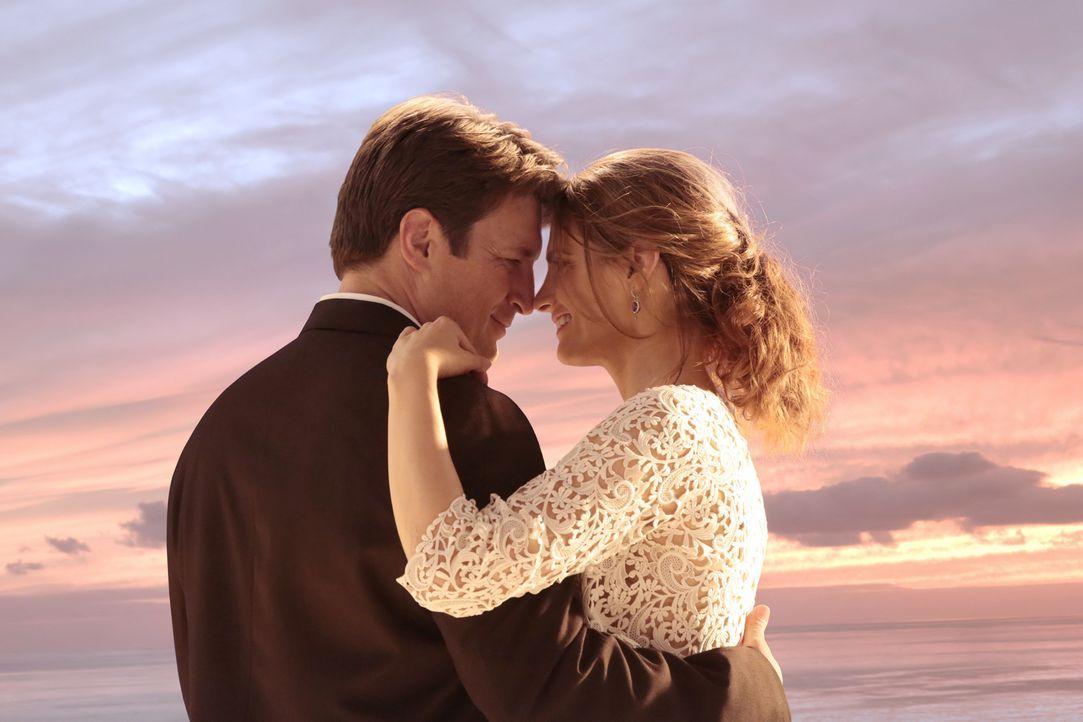 Die Ereignisse in einem alternativen Universum bringen Castle (Nathan Fillion, l.) und Beckett (Stana Katic, r.) dazu, endlich vor den Traualtar zu... - Bildquelle: ABC Studios