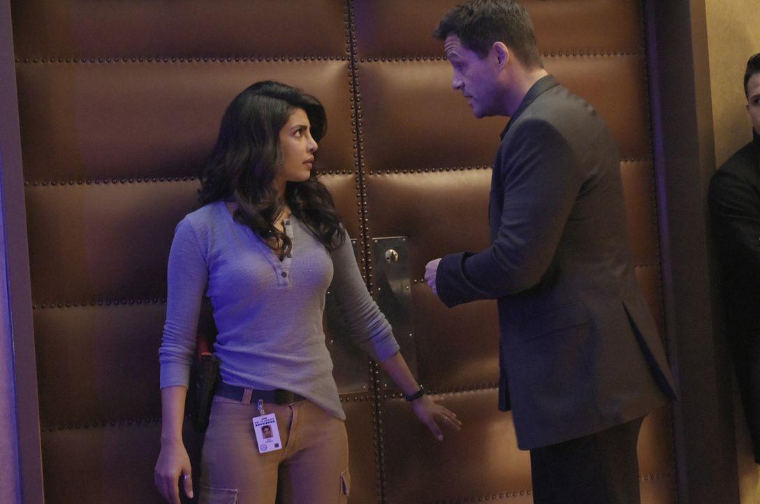 Als eine Gruppe Terroristen in Quantico eindringt, beginnt für Alex (Priyanka Chopra, l.), Liam (Josh Hopkins, r.) und die restlichen Rekruten ein W... - Bildquelle: Philippe Bosse 2015 ABC Studios