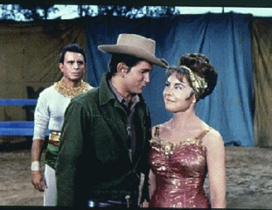 Eine Trapezkünstler-Truppe ist auf der Ponderosa- Ranch zu Besuch. Little Joe (Michael Landon, M.) verliebt sich in die Artistin Petina (Ilze Taurin... - Bildquelle: Paramount Pictures