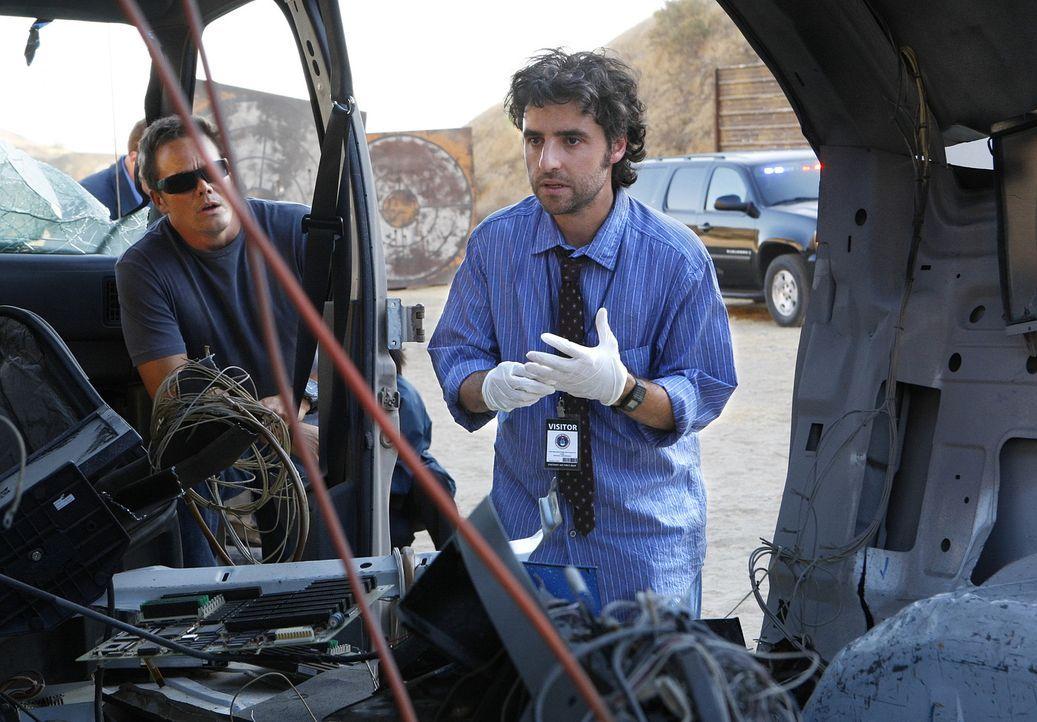 Nachdem eine Frau von einem seltsamen Flugobjekt durch einen blauen Blitz getötet wurde, nehmen David (Alimi Ballard, l.) und Charlie (David Krumhol... - Bildquelle: Paramount Network Television