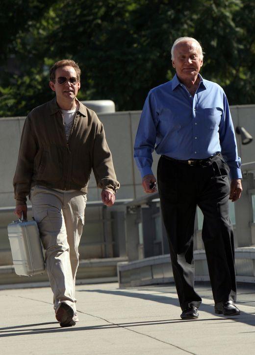 Während Larry (Peter MacNicol, l.) mit Buzz Aldrin (Buzz Aldrin, r.) ins All geschossen wird, sind Don und Charlie auf der Spur eines Serienmörders... - Bildquelle: Paramount Network Television