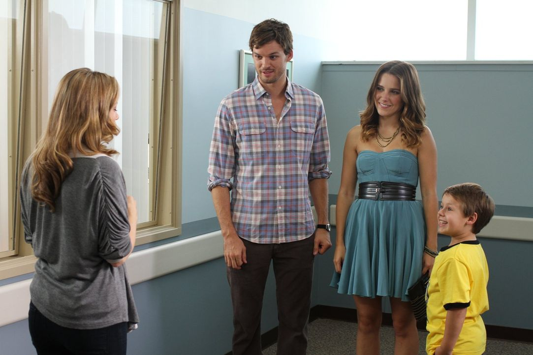 Haley (Bethany Joy Lenz, l.) ist sehr erleichtert, als sich Julian (Austin Nichols, 2.v.l.) und Brooke (Sophia Bush, 2.v.r.) dazu bereit erklären, d... - Bildquelle: Warner Bros. Pictures