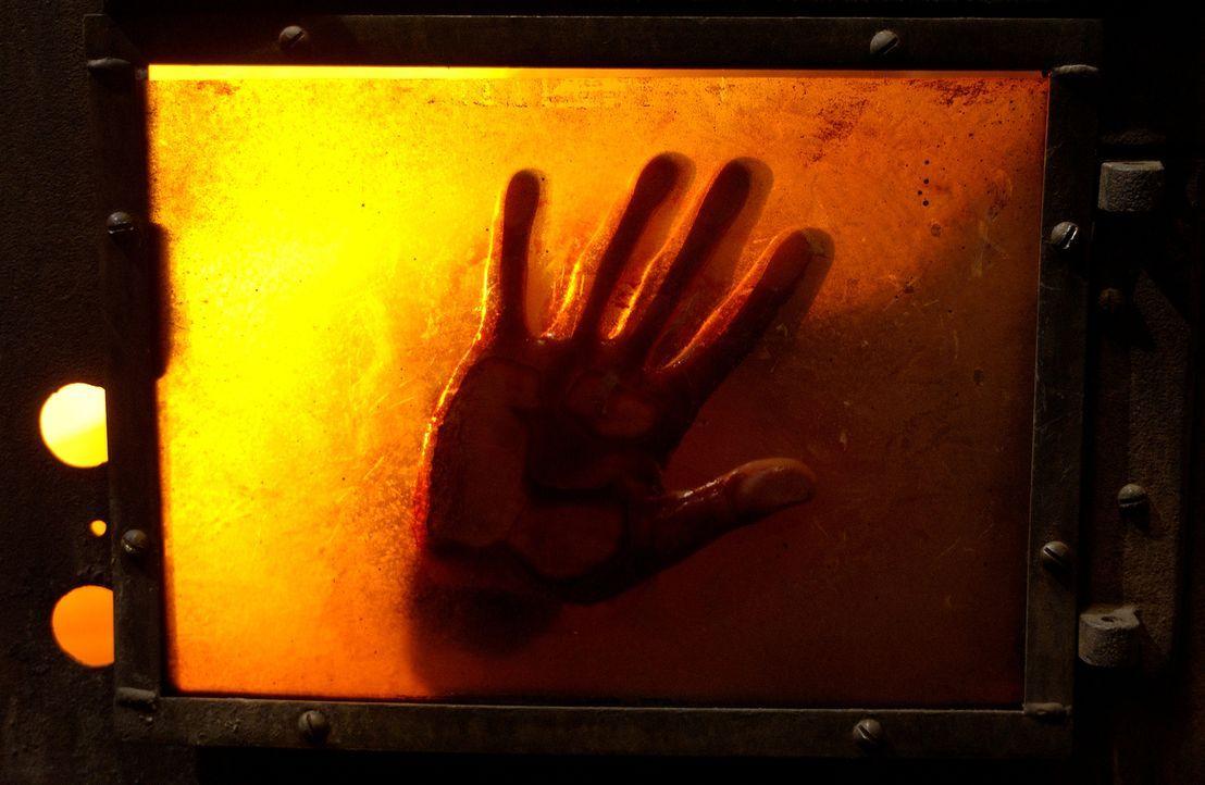 Beim Versuch an ein weiteres Puzzleteil zu gelangen, stirbt Obi (Tim Burd) einen qualvollen Tod im Feuerofen ... - Bildquelle: Kinowelt Filmverleih