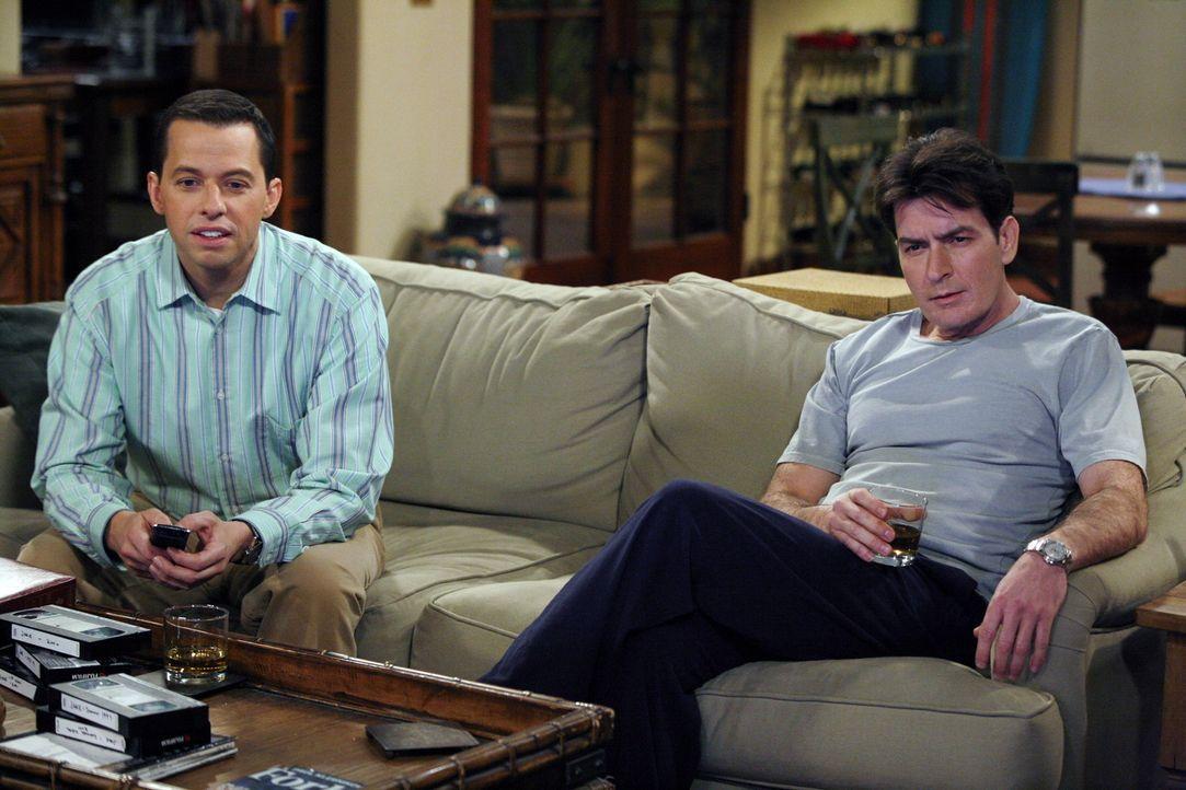 Da Alan (Jon Cryer, l.) einsehen muss, dass sein Sohn dabei ist, die Kindheit hinter sich zu lassen, schaut er sich gemeinsam mit Charlie (Charlie S... - Bildquelle: Warner Brothers Entertainment Inc.
