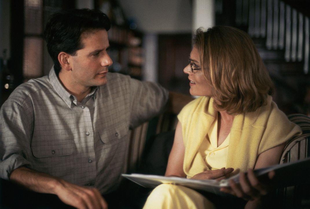 Kurz vor seiner Hochzeit mit Debra (Daphne Ashbrook, r.) findet Softwareentwickler Scott (Campbell Scott, l.) in einem Geheimfach eines antiken Schr... - Bildquelle: Hallmark Entertainment