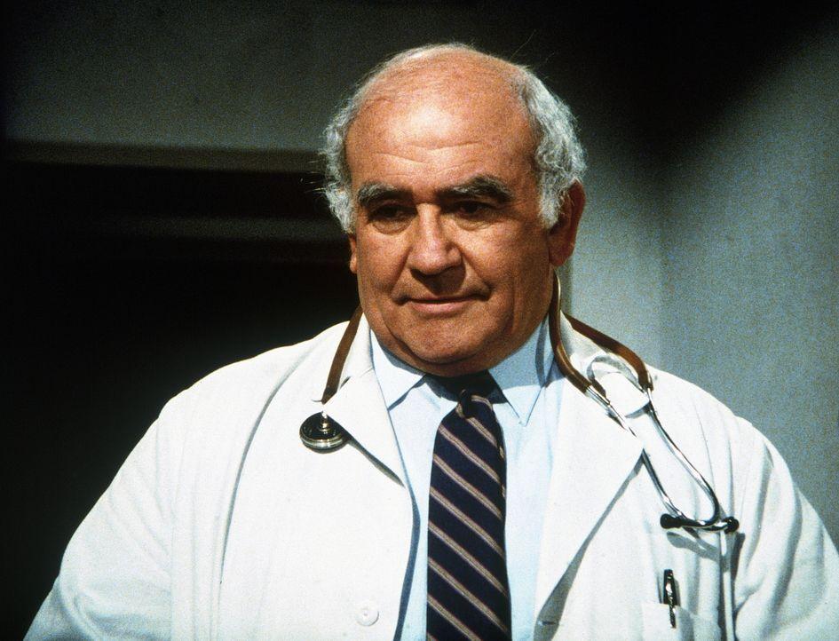 Im Krankenhaus, als Arzt verkleidet, kann Harold (Edward Asner) eine wichtige Aufgabe erfüllen. - Bildquelle: Worldvision Enterprises, Inc.
