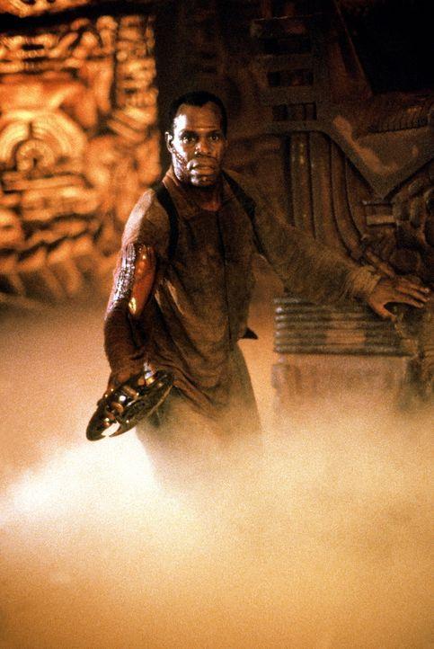"""In den Katakomben stößt Detective Harrigan (Danny Glover) auf ein ganzes Nest von außerirdischen """"Predators"""" ... - Bildquelle: 1990 Twentieth Century Fox Film Corporation."""
