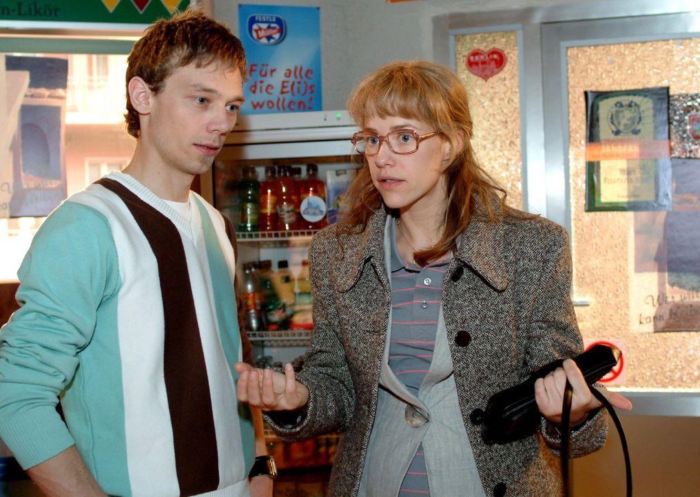 Lisa (Alexandra Neldel, r.) schüttet ihr Herz bei Jürgen (Oliver Bokern, l.) aus und verspricht, dass sie sich nur noch um ihre Arbeit kümmern will.... - Bildquelle: Monika Schürle Sat.1