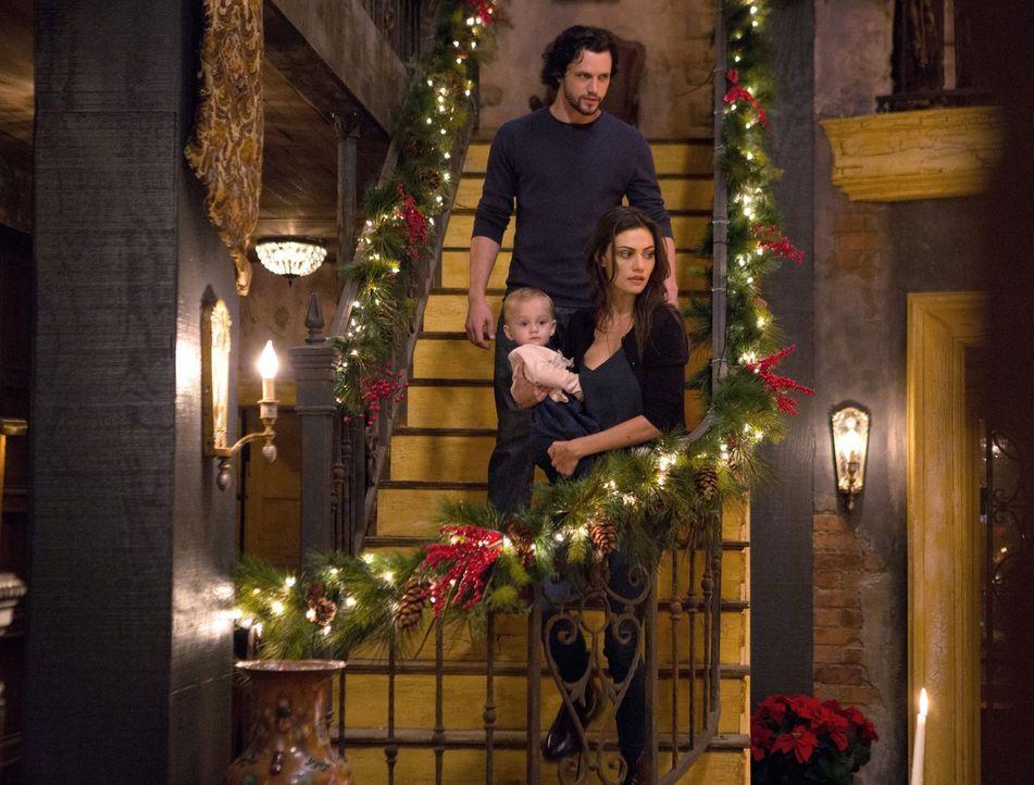 Hayley (Phoebe Tonkin, vorne) hofft auf ein friedliches Fest mit der ganzen Familie. Wird sich Jackson (Nathan Parsons, hinten) darauf einlassen, ob... - Bildquelle: Warner Bros. Entertainment Inc.