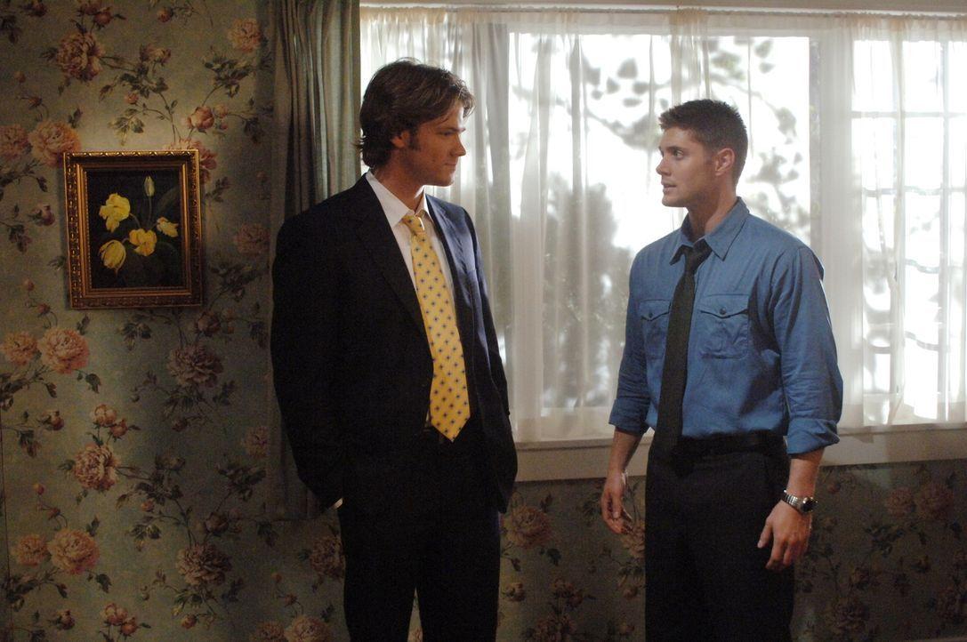 Durch den Angriff eines Dschinns befinden sich Dean (Jensen Ackles, r.) und Sam (Jared Padalecki, l.) in einer anderen Welt ... - Bildquelle: Warner Bros. Television