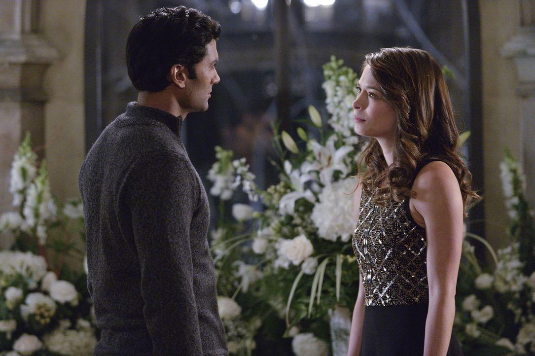Cat (Kristin Kreuk, r.) macht sich Sorgen, ob ihre Freund Gabe (Sendhil Ramamurthy, l.), der einst eine Bestie war, ein falsches Spiel mit ihr spiel... - Bildquelle: 2013 The CW Network, LLC. All rights reserved.