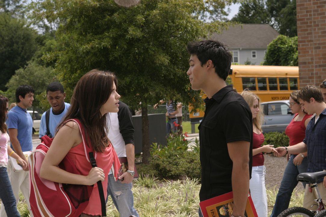Felix (Micheal Copon, r.) erhitzt die Gemüter, weshalb Brooke (Sophia Bush, l.) zunächst gar nicht gut auf ihn zu sprechen ist. Doch das ändert s... - Bildquelle: Warner Bros. Pictures