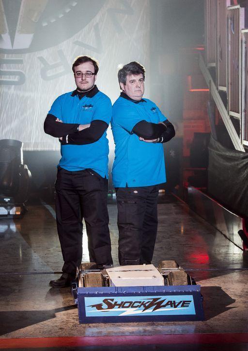 Wollen mit ihrem selbst gebauten Roboter die Maschinen der anderen Teams in der Kampfarena bezwingen: Team Shockwave ... - Bildquelle: Alan Peebles