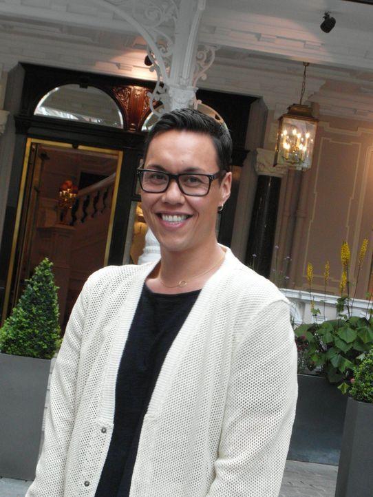 Stylist Gok Wan möchte britischen Singledamen zu Liebe verhelfen und geht dabei tiefer, als nur das Outfit zu ändern ... - Bildquelle: Warner Bros. Entertainment, Inc.