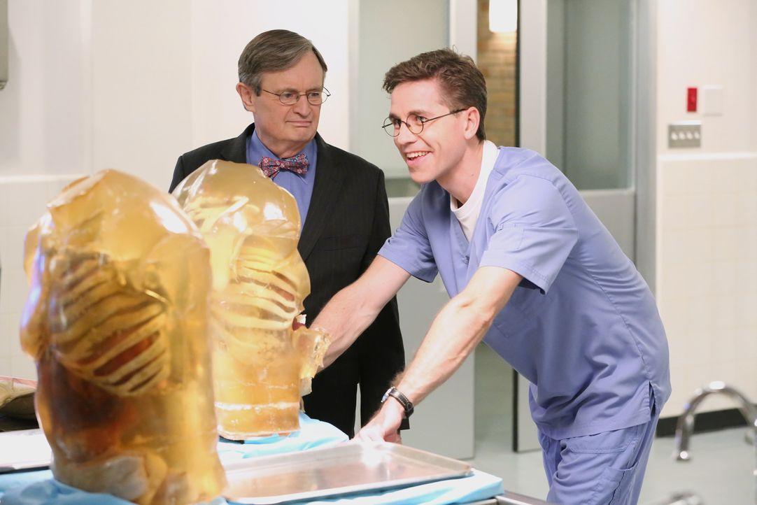 """Können sie dem Mechanismus der tödlichen """"Schutz""""westen auf die Spur kommen? Dr. Mallard (David McCallum, l.) und Palmer (Brian Dietzen, r.) ... - Bildquelle: CBS Television"""
