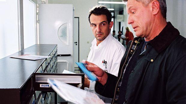 Der junge Arzt Uwe Springer (Hans-Werner Meyer, l.) verliebt sich in seine Zu...