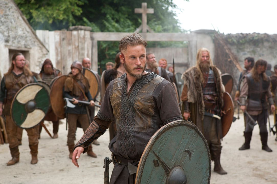 Als Ragnar Lothbrok (Travis Fimmel, vorne) und seine Mannschaft auf Land treffen, stoßen sie ausgerechnet auf ein Kloster ... - Bildquelle: 2013 TM TELEVISION PRODUCTIONS LIMITED/T5 VIKINGS PRODUCTIONS INC. ALL RIGHTS RESERVED.