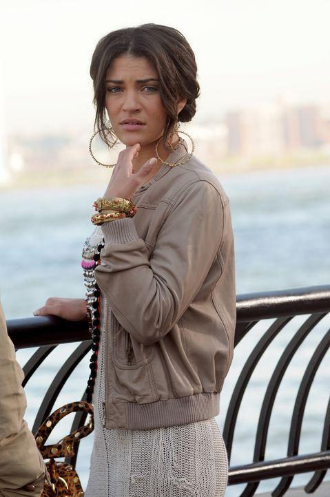 Vanessa (Jessica Szohr) schaut besorgt zu, wie Tripp den ertrinkenden Mann rettet. - Bildquelle: Warner Bros. Television