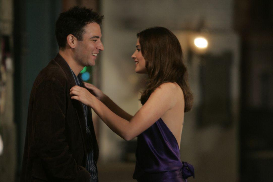 Die Freude bei Ted (Josh Radnor, l.) ist groß, als er plötzlich Robin (Cobie Smulders, r.) sieht ... - Bildquelle: 20th Century Fox International Television