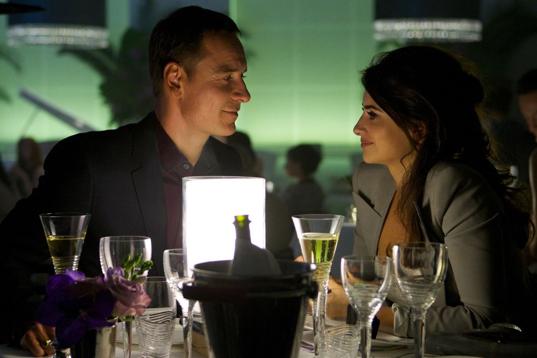 Der Counselor (Michael Fassbender, l.) ist ein hoch angesehener Anwalt, der zusammen mit seiner Verlobten Laura (Penélope Cruz, r.) ein zufriedenes... - Bildquelle: TM and   2013 Twentieth Century Fox Film Corporation.  All Rights Reserved.