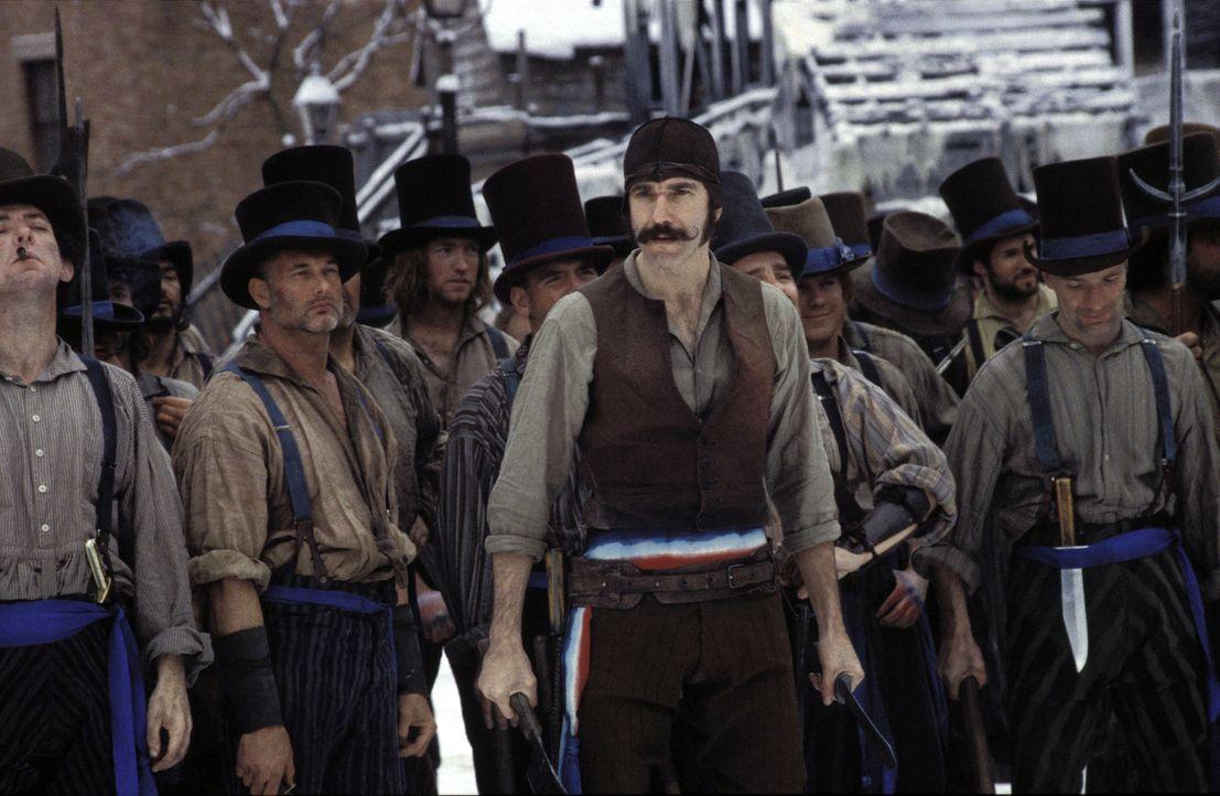 """Unter der Führung des einäugigen Fleischers Bill """"The Butcher"""" Cutting (Daniel Day-Lewis, M.) rotten die """"Natives"""" sich mit Keulen, Messern und Ä... - Bildquelle: Miramax Films"""