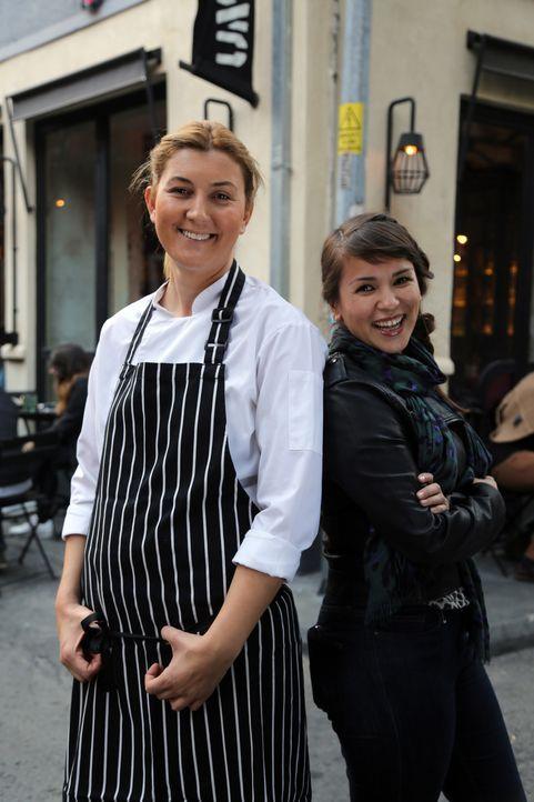 """Esra (l.), Chefin des """"Unter""""-Restaurants, führt Rachel (r.) in die türkische Küche ein ... - Bildquelle: Richard Hill BBC 2014"""
