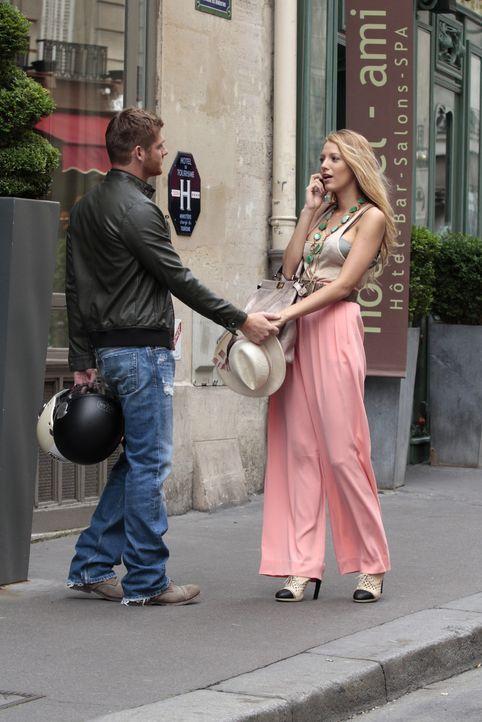 Blair und Serena genießen das schöne Leben in der Stadt der Liebe: Paris. Serena (Blake Lively, r.) kostet es aus und datet charmante französische M... - Bildquelle: Warner Brothers