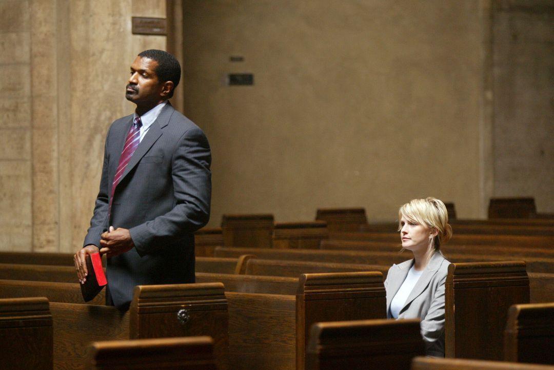 Noch ahnt Tucker (Riff Hutton, l.) nicht, dass Det. Lilly Rush (Kathryn Morris, r.) seinetwegen in die Kirche gekommen ist ... - Bildquelle: Warner Bros. Television
