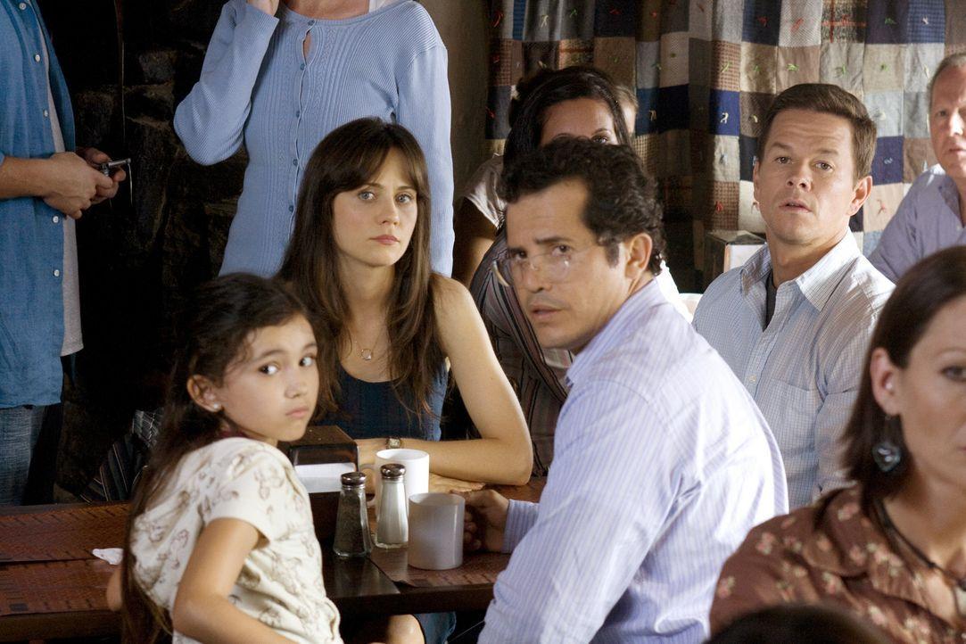 Können nicht länger mit ansehen, was mit den Menschen um sie herum passiert. Deshalb beschließen Elliot (Mark Wahlberg, hinten M..), seine Frau A... - Bildquelle: 20th Century Fox