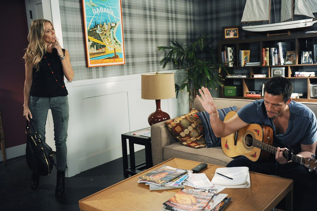 Jules muss beobachten, dass Grayson (Josh Hopkins, r.) sich vor seiner neuen Freundin Sara (Sheryl Crow, l.) zu einem unterwürfigen Butler entwicke... - Bildquelle: 2009 ABC INC.