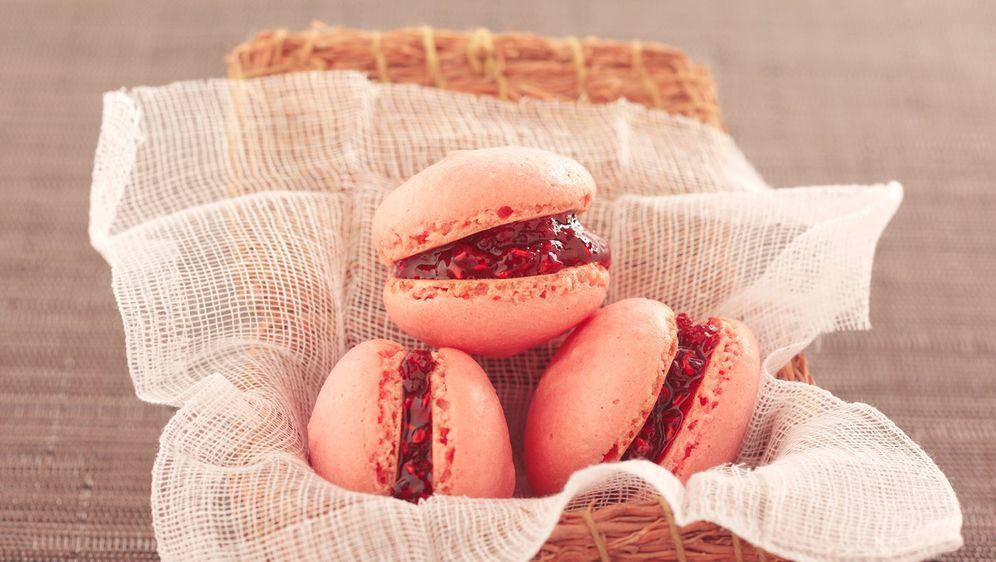 Enie backt: Rezept-Bild Himbeer-Macarons - Bildquelle: Photocuisine