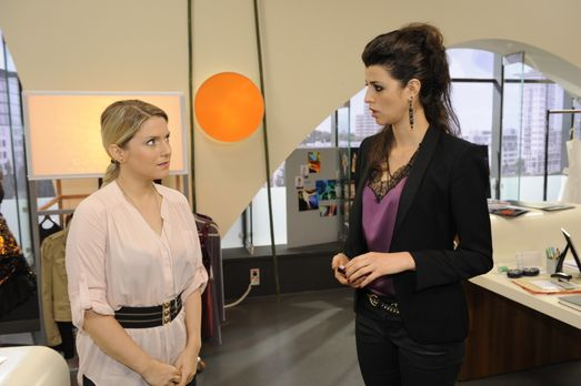 Carla (Sarah Mühlhause, r.) fühlt sich immer mehr von Anna (Jeanette Biederma...