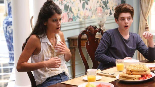 Der Schock sitzt tief. Sabrina (Sofia Black-D'Elia, l.) und Chip (Thomas Barb...
