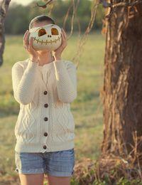 Ein Halloween-Kürbis eignet sich hervorragend als Kopf für Ihr Skelett. Einfa...