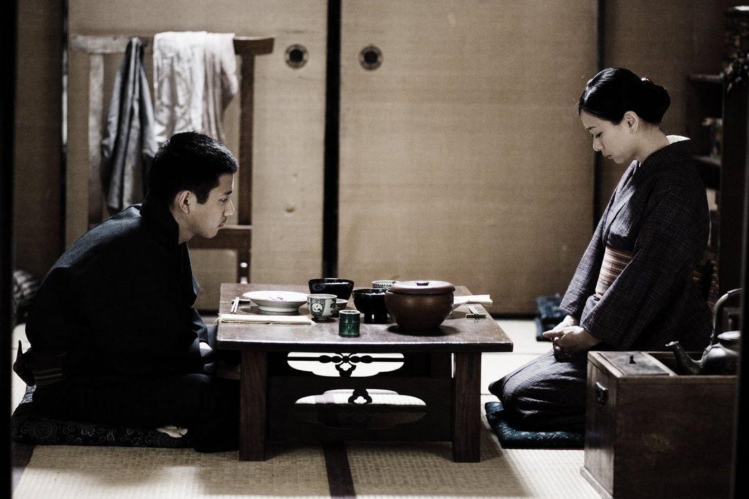 Saigo (Kazunari Ninomiya, l.) erinnert sich an die Zeit, als er noch zuhause bei seiner Frau Hanako (Nae, r.), die ein Baby erwartet, sein konnte ... - Bildquelle: Warner Bros.