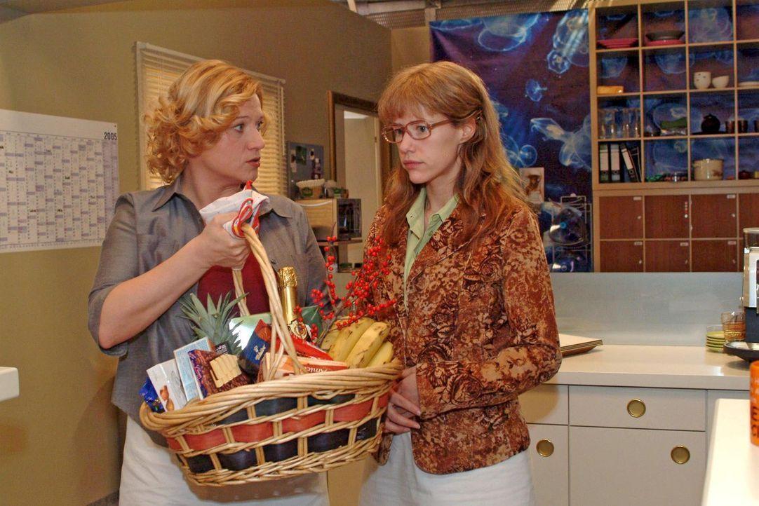 Als Lisa (Alexandra Neldel, r.) sich ihren Kollegen als Lebensretterin von David zu erkennen gibt, drückt Agnes (Susanne Szell, l.) ihr einen Korb... - Bildquelle: Sat.1