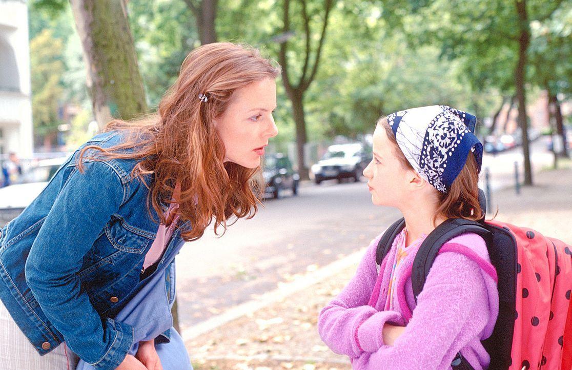 Die ersten Annäherungsversuche zwischen Jenny (Annika Pages, l.) und Lilly (Nina Gummich, r.) schlagen fehl. Erst nach und nach kann Jenny das Vertr... - Bildquelle: Mühle ProSieben
