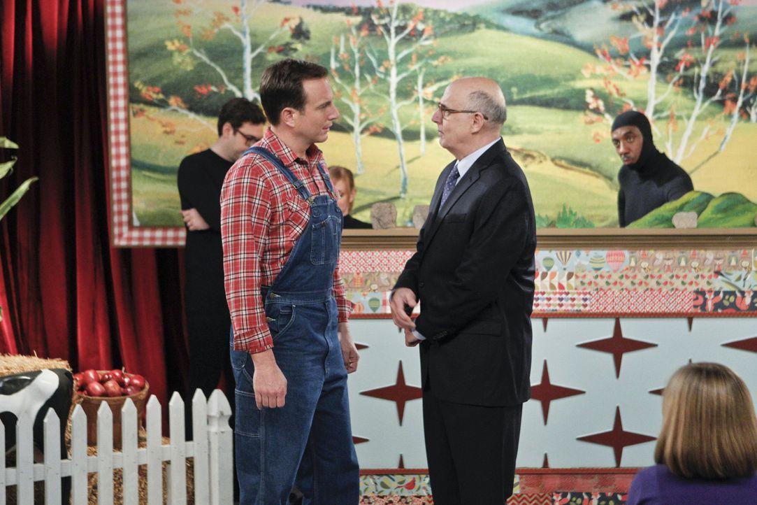Wie wird Mr. Dolan (Jeffrey Tambor, r.) auf Nathans (Will Arnett, l.) Vorschlag der Kinderserie reagieren? - Bildquelle: 2013 CBS Broadcasting, Inc. All Rights Reserved.