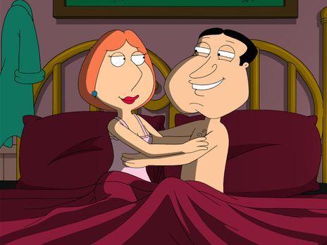 Family Guy - Quagmire (r.) und Lois (l.) landen gemeinsam im Bett ... - Bildq...