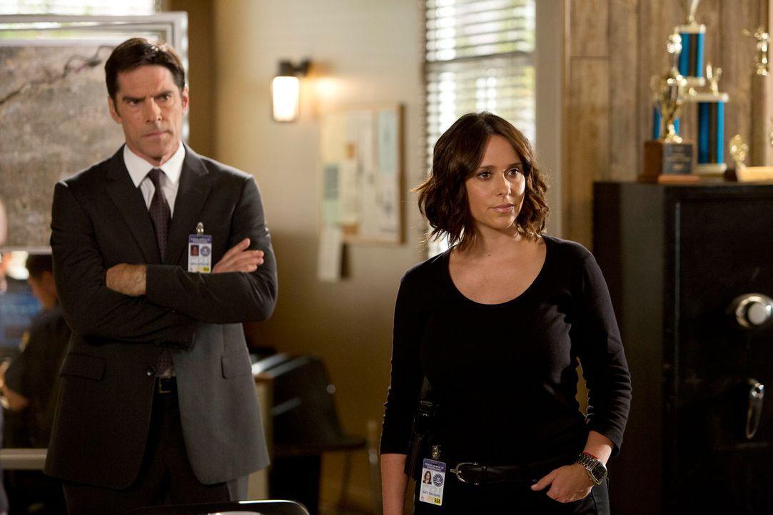 Hotch (Thomas Gibson, l.) und sein Team sind auf der Suche nach einem Serienmörder, der seine Opfer unkenntlich zurücklässt. Unterstützung erhalten... - Bildquelle: Monty Brinton ABC Studios