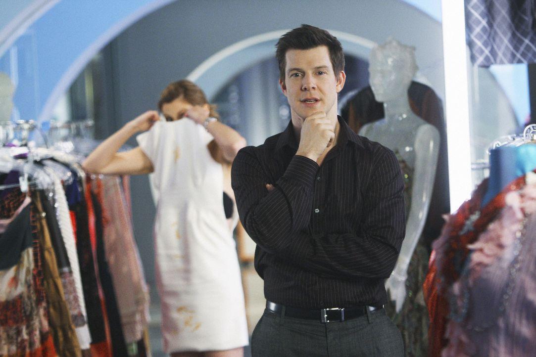 Daniel (Eric Mabius) möchte, dass Betty und Amanda gemeinsam einen Artikel zum Thema 'Wie verballere ich zehn Riesen ohne auch nur einen Cent auszug... - Bildquelle: 2008   ABC Studios