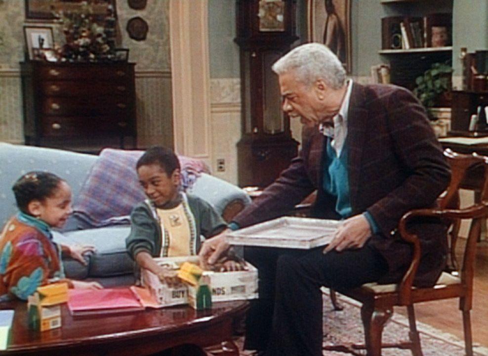Russell (Earle Hyman, r.) erzählt Olivia (Raven Symone, l.) und ihrem Freund Marlon (Aaron Beener, M.), was Cliff als kleiner Junge so alles angest... - Bildquelle: Viacom