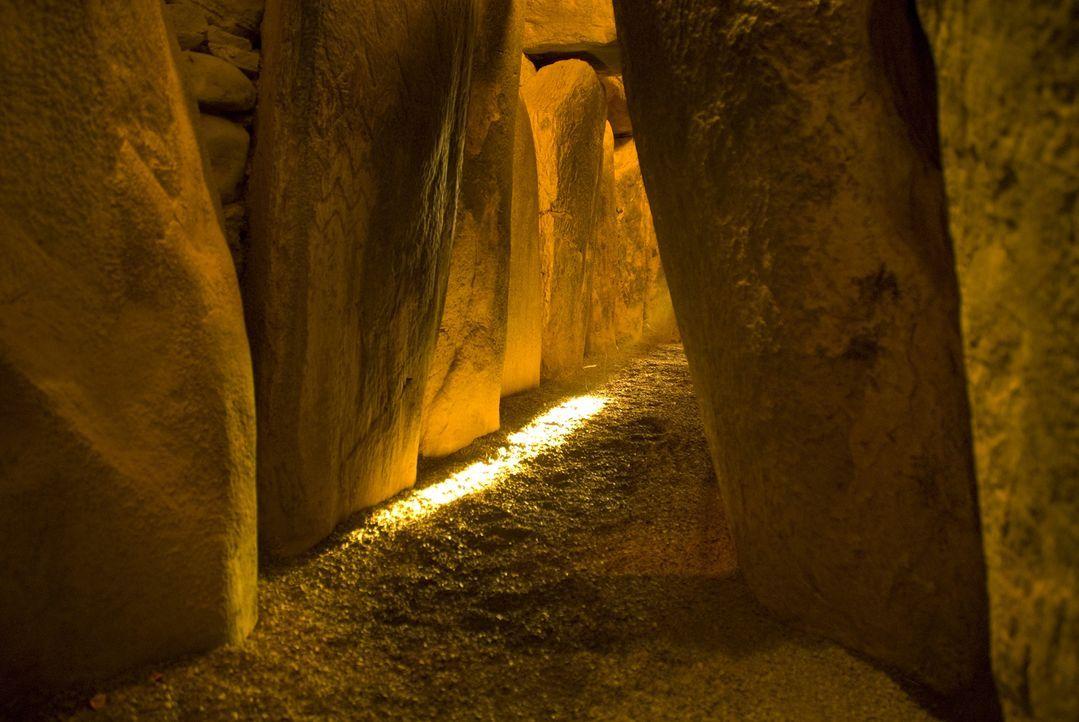 Steinformationen, die durch elektromagnetische Energie miteinander verbunden sind; prähistorische Ruinen, die aus der Vogelperspektive betrachtet üb... - Bildquelle: Anthony Murphy