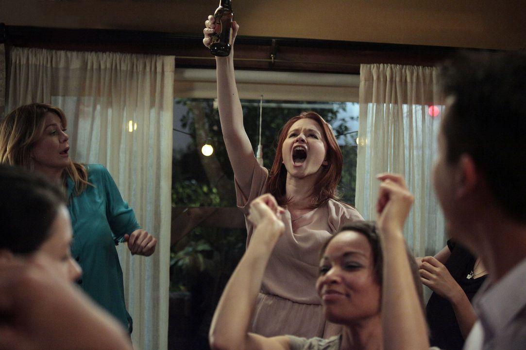 Obwohl sie ihre Prüfung nicht bestanden hat, lässt sich April (Sarah Drew, M.) vom Feiern nicht abhalten ... - Bildquelle: Touchstone Television