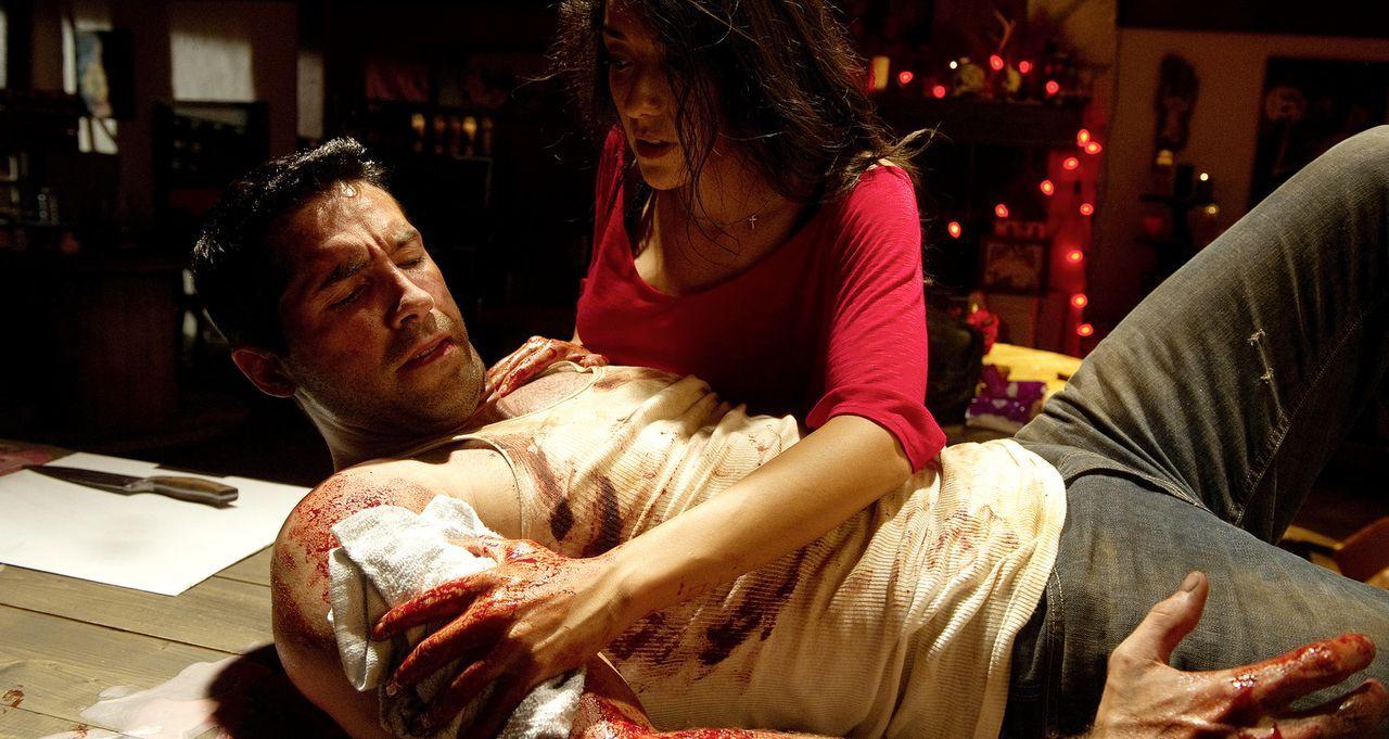 Schon bald muss ''The Man'' (Scott Adkins, r.) erkennen, dass nur die Barfrau Anna (Yvette Yates, l.) ihm helfen wird im Kampf gegen die geldgierige... - Bildquelle: 2014 Tiberius Film GmbH.