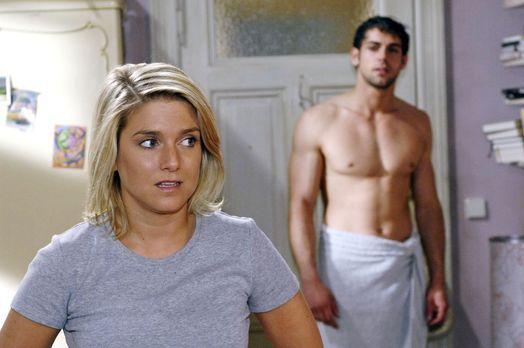 Anna und die Liebe - Dass Jonas (Roy Peter Link, r.) bei ihr im Zimmer steht,...