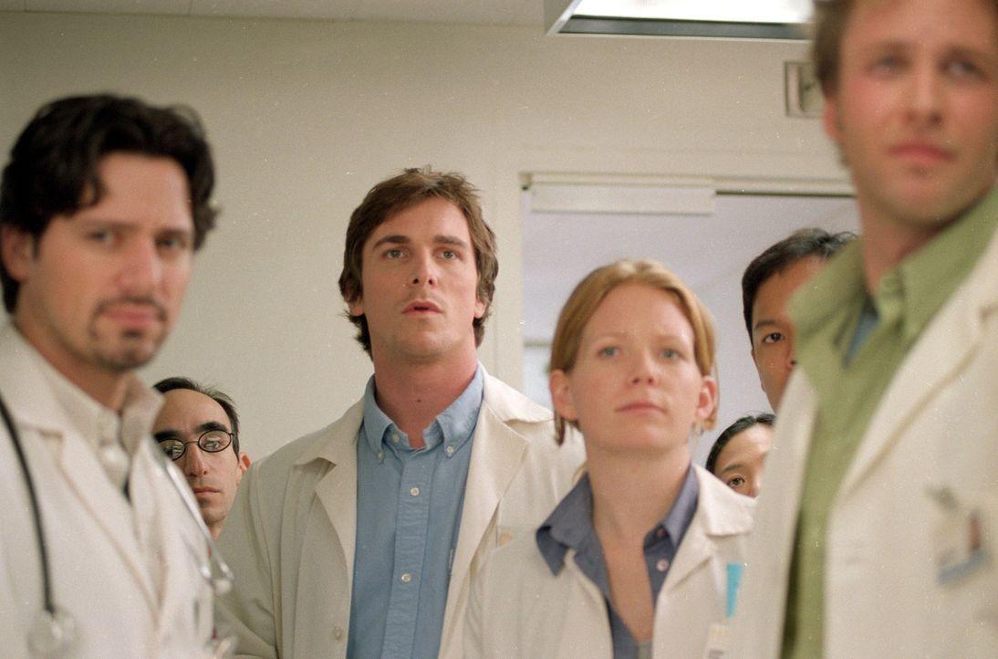 An seinem ersten Tag in der Klinik hat Sam (Christian Bale, M.) eine Begegnung, die sein Leben verändern wird. - Bildquelle: Sony Pictures Television International. All Rights Reserved.