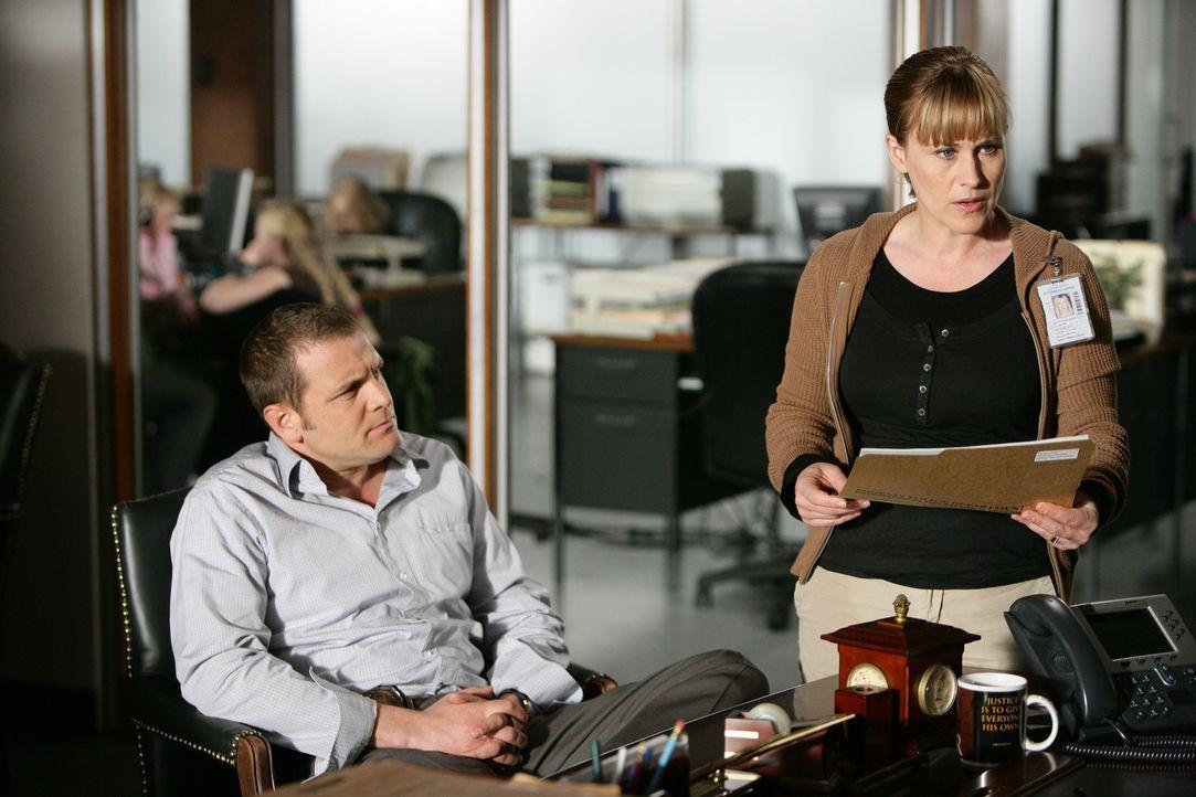Die Polizei hat zwei Mädchen vergewaltigt und erdrosselt gefunden. Allison (Patricia Arquette, l.) und Detective Lee Scanlon (David Cubitt, r.) besp... - Bildquelle: Paramount Network Television