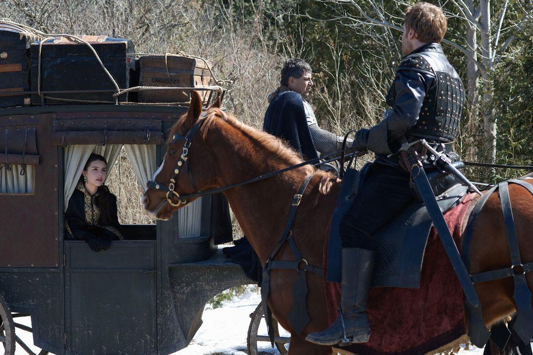 Kann sich Mary (Adelaide Kane, l.) in den Händen von Renaud (Vincent Nappo, r.) in Sicherheit wiegen? - Bildquelle: Sven Frenzel 2014 The CW Network, LLC. All rights reserved.