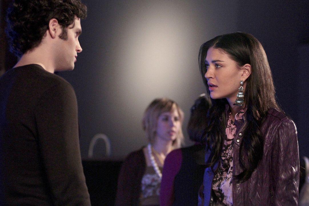 Dan (Penn Badgley, l.) ist enttäuscht, dass Vanessa (Jessica Szohr, r.), und nicht er, für das Autorenprogramm genommen wurde ... - Bildquelle: Warner Brothers